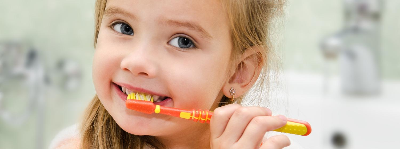 meisje poetst tanden